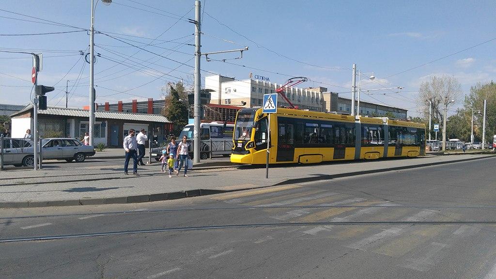 Трамвайчик на фоне диспетчерского пункта на конечной остановке